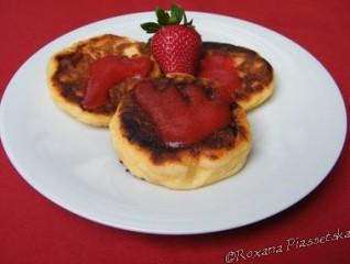 Galettes de fromage blanc et coulis de fraise – Сирники