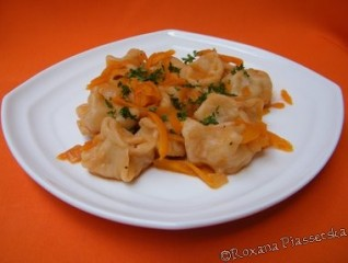Raviolis russes en sauce tomate – Пилимени в томатном соусе